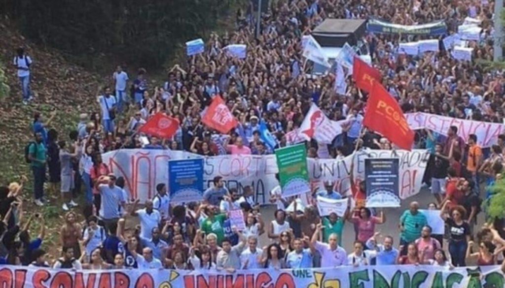 Estudiantes-de-la-Universidad-Federal-de-Bahía-UFBA-una-de-las-primeras-afectadas-por-el-recorte-de-Bolsonaro-protestan-contra-el-Gobierno.-Brasildefato.com_.br_-660x330